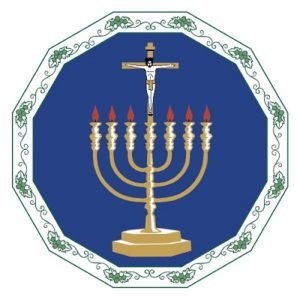 En sjuarmad ljusstake, där det mittersta ljuset är ersatt med Jesus på korset.
